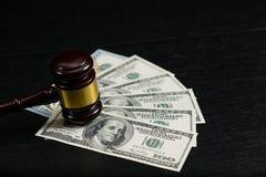 Martelletto del giudice sui precedenti delle banconote in dollari fotografia stock libera da diritti