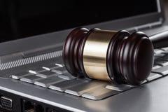 Martelletto del giudice sul concetto del computer Fotografia Stock