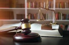 Martelletto del giudice in tribunale Biblioteca con il lotto dei libri nel fondo Immagini Stock Libere da Diritti