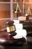 Martelletto del giudice in tribunale Biblioteca con il lotto dei libri nel fondo Fotografie Stock