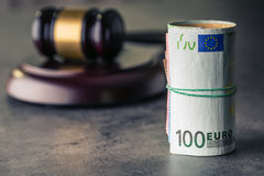 Martelletto del martello del giudice Soldi dell'euro e della giustizia Euro valuta Martelletto della corte ed euro banconote roto fotografie stock