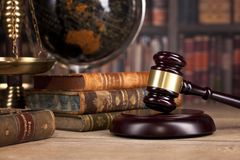 Martelletto del ` s del giudice e scala di legno di giustizia legge Ufficio del ` s del giudice Fotografie Stock