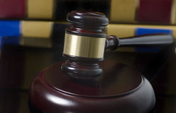 Martelletto di concetto legale e libri di legge Immagine Stock Libera da Diritti
