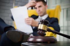 Martelletto di legno, avvocato lavorante nel fondo Immagine Stock Libera da Diritti