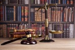 martelletto di legno del ` s del giudice legge Ufficio del ` s del giudice Fotografia Stock Libera da Diritti