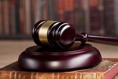 martelletto di legno del ` s del giudice legge Ufficio del ` s del giudice Immagini Stock Libere da Diritti