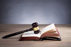 martelletto di legno del ` s del giudice legge Ufficio del ` s del giudice Immagine Stock