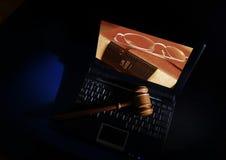 Martelletto e computer portatile del giudice Fotografia Stock