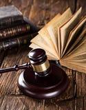 Martelletto e libri di legno sulla tavola di legno Fotografie Stock