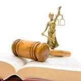 Martelletto, libro di legge, una statua di giustizia su un bianco Immagine Stock