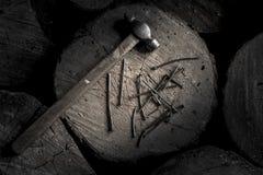 Martelli con la maniglia di legno con molte bullette per suole del ferro sul troncone di legno Stile maschio brutale Immagini Stock Libere da Diritti