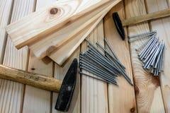 Martelli e chiodi del metallo sul pavimento di legno fotografia stock libera da diritti