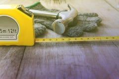 Martelli il nastro della misura e corteggi il boschetto Fotografia Stock