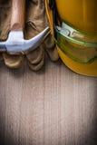 Martelli il versi di cuoio di verticale del casco dei guanti protettivi degli occhiali di protezione Immagine Stock