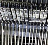 Martelli per la scrittura con una macchina da scrivere manuale antica Immagine Stock Libera da Diritti