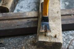 Martello, chiodo arrugginito e legno per il lavoro del carpentiere fotografie stock libere da diritti