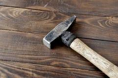 Martello con la maniglia di legno riavvolta fotografie stock
