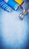 Martello da carpentiere blu dei disegni di costruzione su fondo metallico co Immagine Stock Libera da Diritti