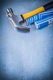 Martello da carpentiere blu dei disegni di costruzione su fondo metallico co Fotografia Stock Libera da Diritti