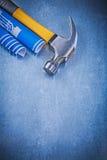 Martello da carpentiere blu dei disegni di ingegneria sul raggiro metallico del fondo Immagini Stock Libere da Diritti
