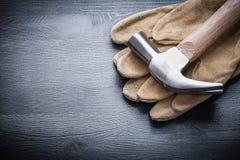 Martello da carpentiere orizzontale di vista sul guanto di lavoro Immagini Stock Libere da Diritti