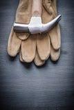 Martello da carpentiere sul guanto di lavoro Fotografia Stock