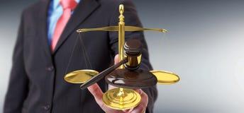 Martello dell'uomo d'affari giustamente e rappresentazione delle bilance 3D Fotografia Stock
