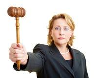 Martello della holding del giudice Fotografie Stock