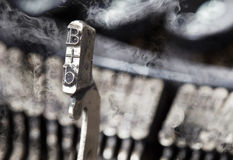 Martello di B - vecchia macchina da scrivere manuale - fumo di mistero Fotografie Stock Libere da Diritti