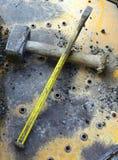 Martello e scalpello del ` s del lavoratore del cantiere Immagini Stock Libere da Diritti