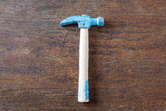Martello rustico del carpentiere del giocattolo sulla tavola di legno Fotografia Stock Libera da Diritti