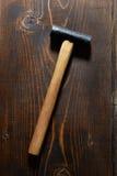 Martello sulla tavola di legno Fotografia Stock