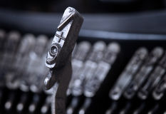 9 martello - vecchia macchina da scrivere manuale - filtro blu freddo Fotografie Stock Libere da Diritti
