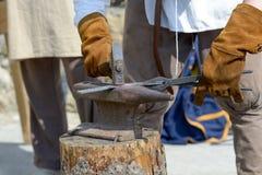 Martelo, alicates, batente e uma parte de aço em um wor do ` s do ferreiro imagem de stock royalty free