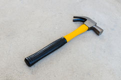 Martelo amarelo no assoalho concreto Fotografia de Stock Royalty Free