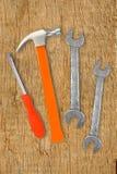 Martelo, chave de fenda e chaves em de madeira Foto de Stock Royalty Free