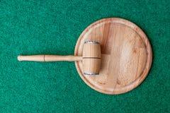 Martelo da cozinha e placa de corte de madeira Imagem de Stock