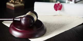 Martelo da lei na sala do tribunal Sistema legal Fotografia de Stock Royalty Free