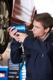 Martelo de In Garage Using SAir do mecânico na roda fotografia de stock royalty free