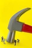 Martelo de garra de aço no fundo amarelo com a mini miniatura pequena Fotografia de Stock