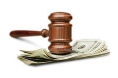 Martelo de madeira com dinheiro na tabela branca fotos de stock royalty free