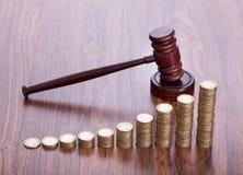 Martelo de madeira com moedas Fotos de Stock Royalty Free