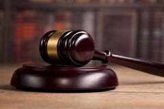 martelo de madeira do ` s do juiz lei Escritório do ` s do juiz foto de stock