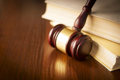 Martelo de madeira em uma sala do tribunal Fotografia de Stock