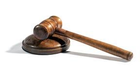 Martelo de madeira velho dos juizes em um soco Fotos de Stock Royalty Free