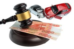 Martelo do juiz com os carros do dinheiro e do brinquedo isolados no branco Imagem de Stock Royalty Free