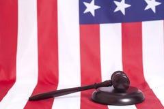 Martelo do juiz na bandeira americana Fotografia de Stock
