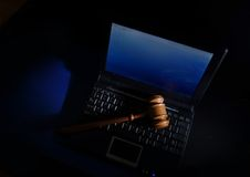 Martelo do juiz no portátil Imagem de Stock Royalty Free