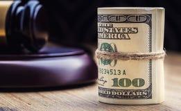 Martelo do martelo do ` s do juiz Cédulas dos dólares de justiça e bandeira dos EUA no fundo Martelo da corte e cédulas roladas Imagens de Stock