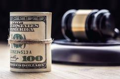 Martelo do martelo do ` s do juiz Cédulas dos dólares de justiça e bandeira dos EUA no fundo Martelo da corte e cédulas roladas Fotos de Stock